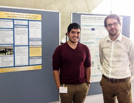 Studierende vor Poster auf ICSA